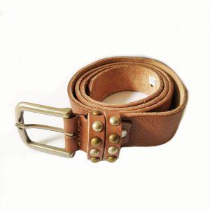 Cinturón de piel y tachuelas
